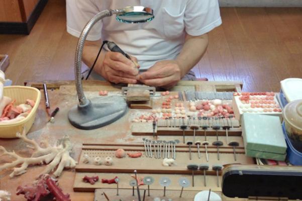 歯医者さんのような機械で、サンゴに細工を施します。