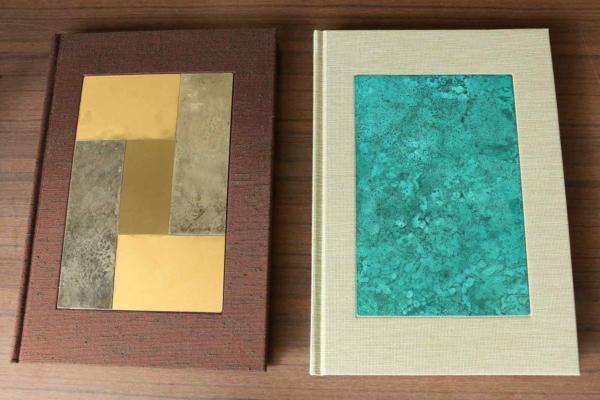 高岡銅器の銅板を表紙にしたという新作。