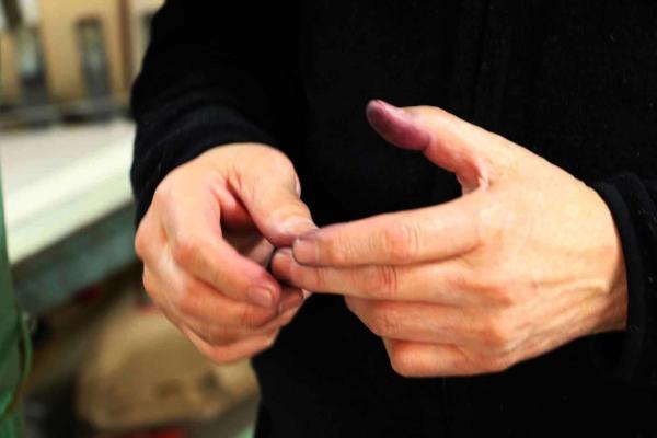 インクはこまめに混ぜ合わせて補充する必要があります。機械を動かすうち、井口さんの指先もインクと同じ紫色に。