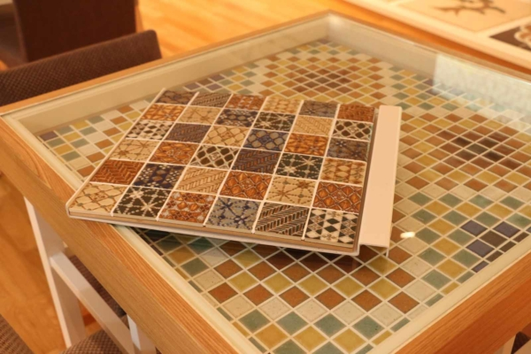 打ち合わせ用のテーブルもタイル製。