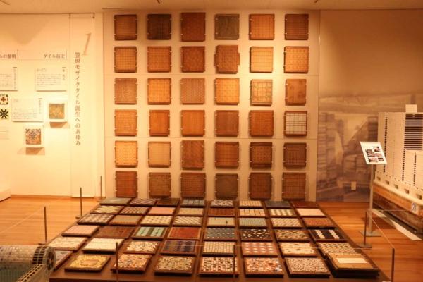 壁に貼り版が、床には貼り版にタイルをはめた状態が展示されています。