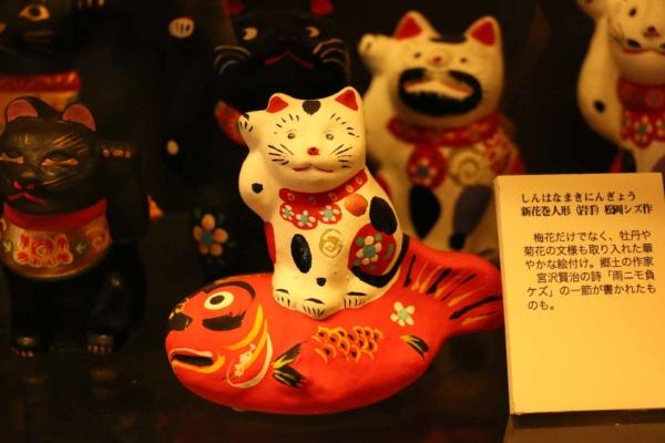岩手県・花巻の招き猫。鯛に乗って、おめでた尽くし。