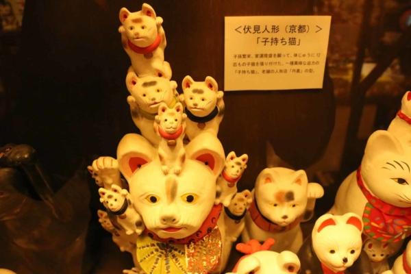 珍しい伏見の子持ち招き猫。ついそちらに目がいってしまいますが、確かに顔はきつね顔です。すごい迫力。