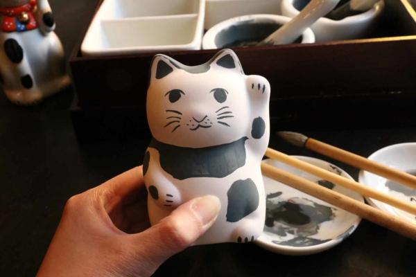 (おまけ1)最後に体験した招き猫の染付体験。通常の商品を作る窯の、空いたスペースを活用して焼くために、お値段も良心的。こちらは手のひらサイズの貯金箱600円。焼きあがった後、送料別途で送ってくれます。今から届くのが楽しみです。
