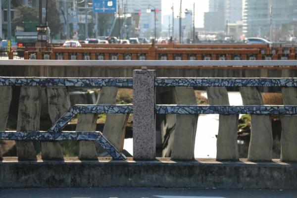 瀬戸は陶器と磁器両方の産地。手前は磁器の破片を手すりにあしらった橋、奥は陶器作りの工程が描かれたタイル絵が続く陶橋。