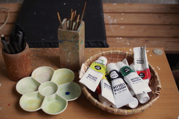 次は、絵の具と筆を使って色をつけていきます。