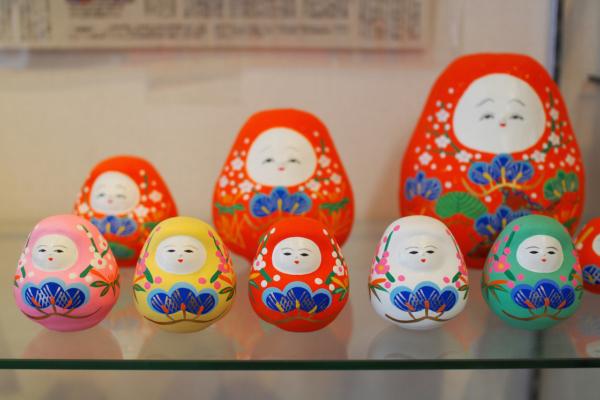 色とりどりの人形もつくられていますが、やはり朱色のものが圧倒的に人気。