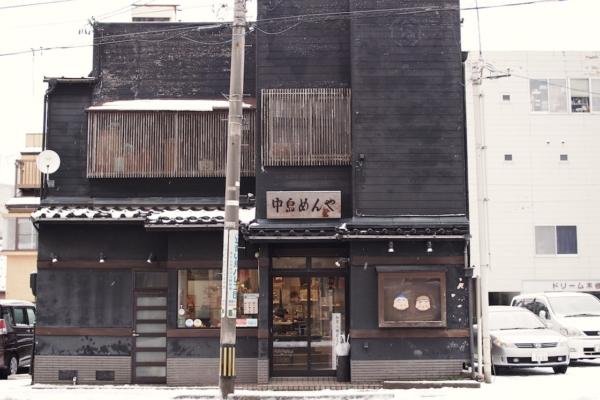 この日は雪。白い景色のなかでよく目立つ、歴史ある黒い建物が「中島めんや」です。