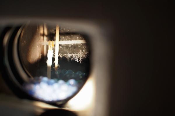 人工雪の観察では、毎日新しい雪の結晶を見ることができます。