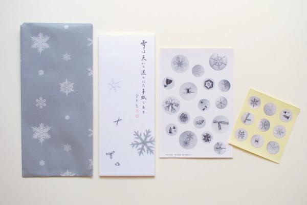 ミュージアムショップで購入した、宇吉郎の一筆箋、雪の結晶ポストカードとシール。袋もかわいい雪の結晶です。