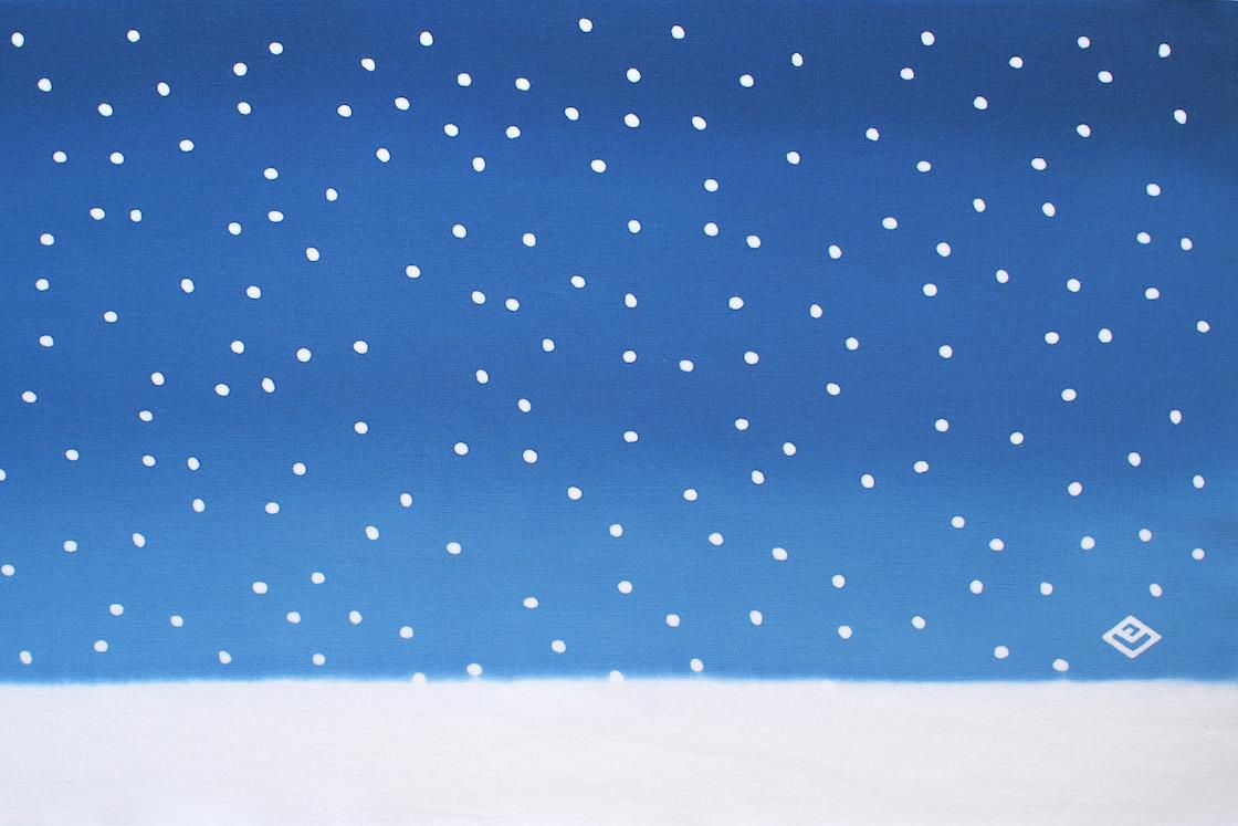 広げると一気に雪景色!しんしんと降り積もる雪の様子が「広重ブルー」によって、より白くうつくしく感じられます。右下には「広重美術館」のマークが染め抜かれています。