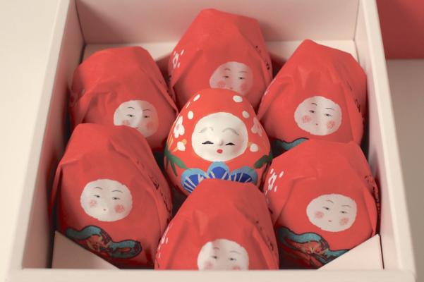 箱を開けると真ん中に本物のお人形が!