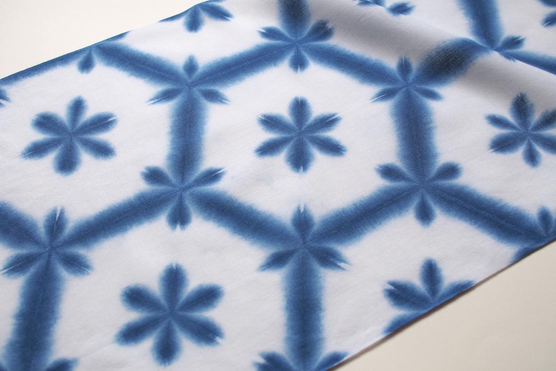 約400年も前から愛知県の有松に伝えられる「有松絞り」の技法で染められた雪花。