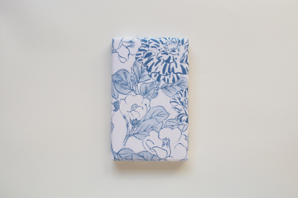 包み紙に青一色で描かれた大きな椿は、雪椿でしょうか。包みをひらくのもわくわくします。