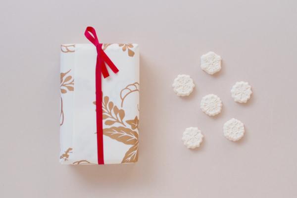 包み紙の上から赤い紐できりり。佇まいの美しい包みは、京都のお土産に。