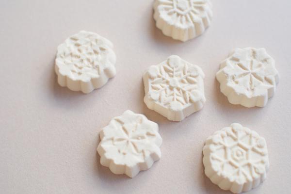 雪華の文様はどうやら7種あるようです。小さな六角形の中に繊細な模様をたのしめます。