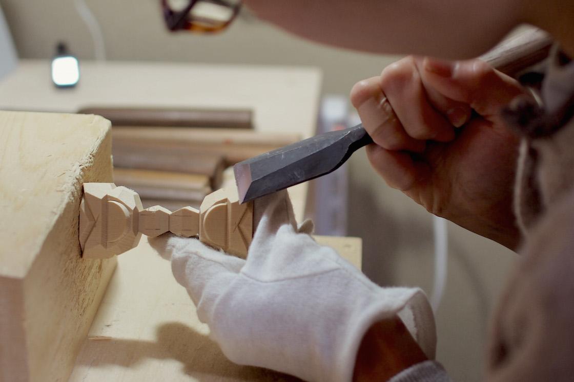 2体の頭同士をつなげた状態で彫る