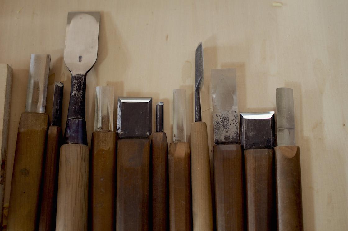 彫刻刀はたくさんのサイズを使い分けます