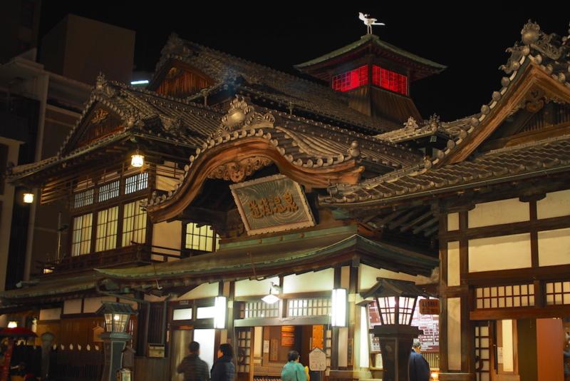 夜の道後温泉本館。たくさんの人々で賑わいます。