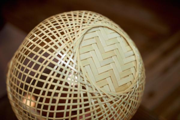 底は「網代(あじろ)底編み」という編み方で、これまた繊細です。