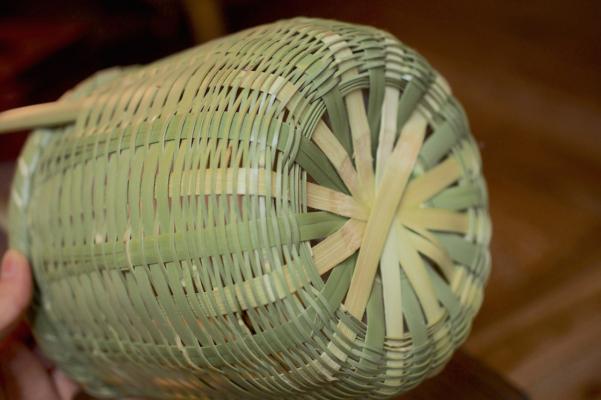 青々とした竹の色が鮮やか。経年で黄色く変化していくのだそう。底は「菊底編み」で、ここを中心として編み上げていきます。
