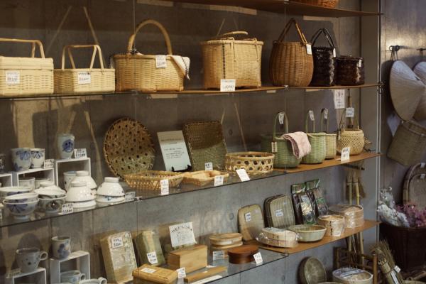 店内は大きなかごや、お弁当箱など、竹を使ったものがたくさん扱われています。