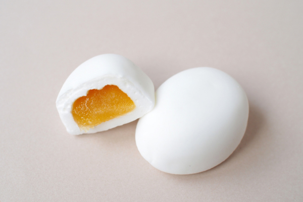 卵型のすべすべしたマシュマロの中に、黄身あんが包まれているやさしいお菓子です。