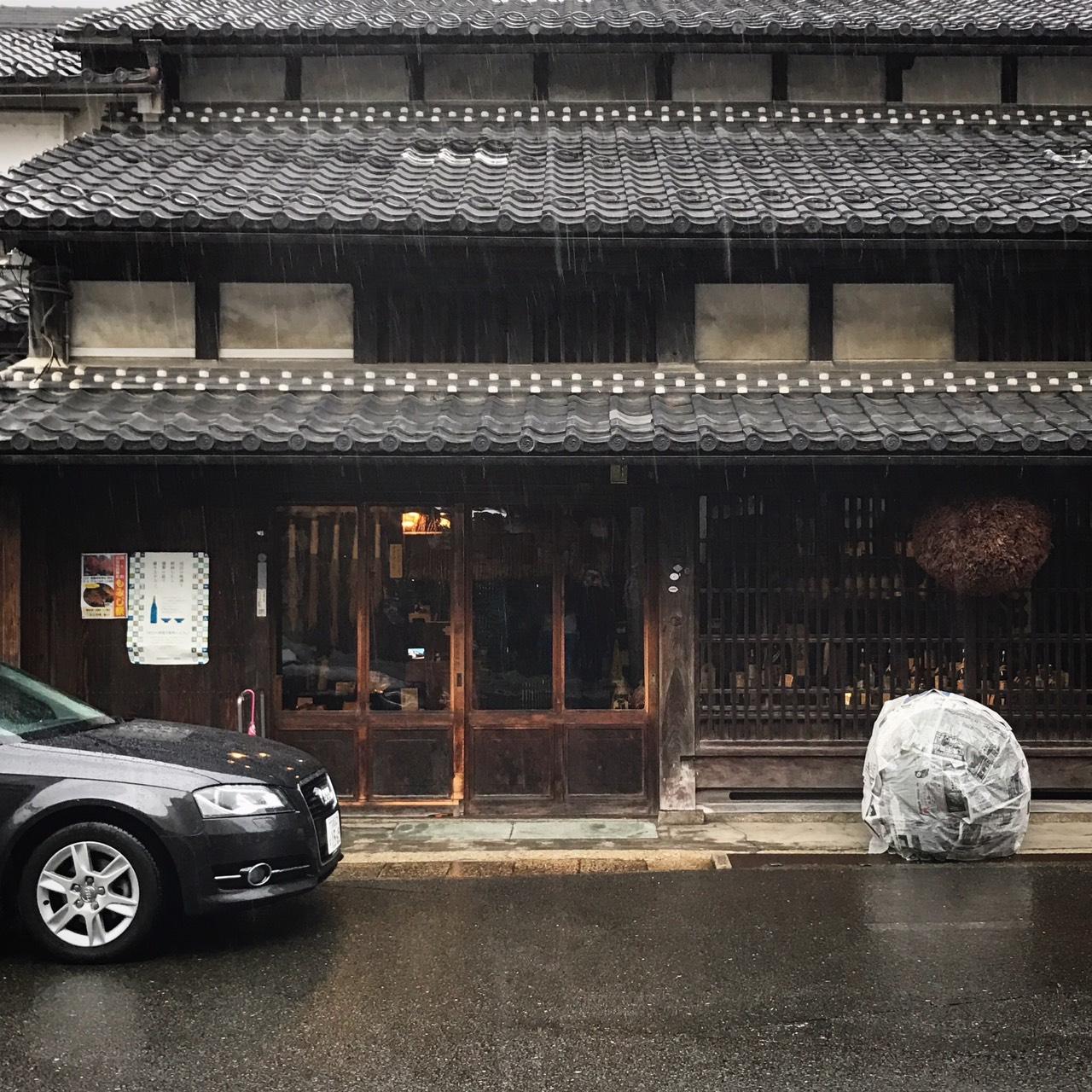 雨の中、出番を待つ冨田酒造の杉玉