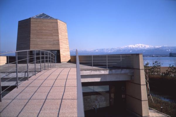 すっきりしたお天気の時は、こんな風に右後方に柴山潟と白山が見えるのだそう。©雪の科学館