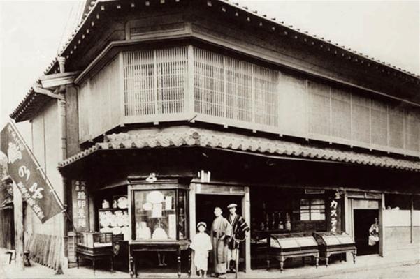 創業した明治頃の「石村萬盛堂」本店。写真左側、「鶴乃子」ののぼりが。