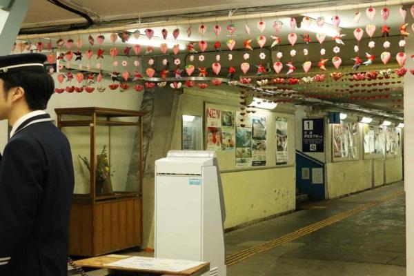 伊豆稲取の駅にもつるし雛が。