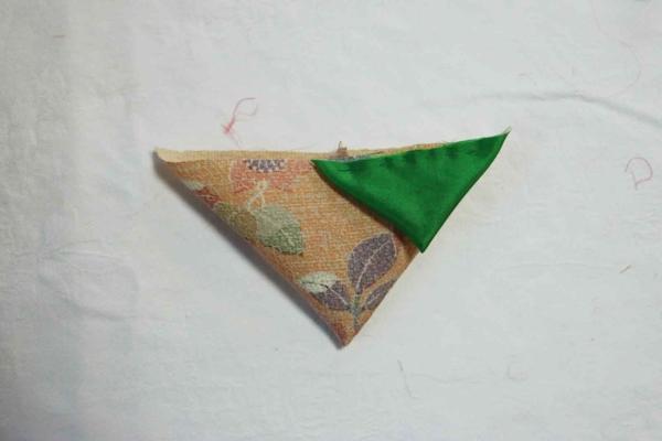 このように三角に折り合わせて縫っていきます。