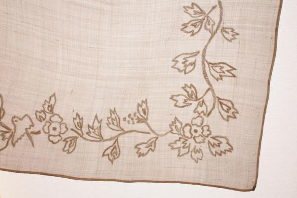 1925年のパリ万博に出展した、手織り麻に「鳥草木紋」の手刺繍を施したハンカチーフ。