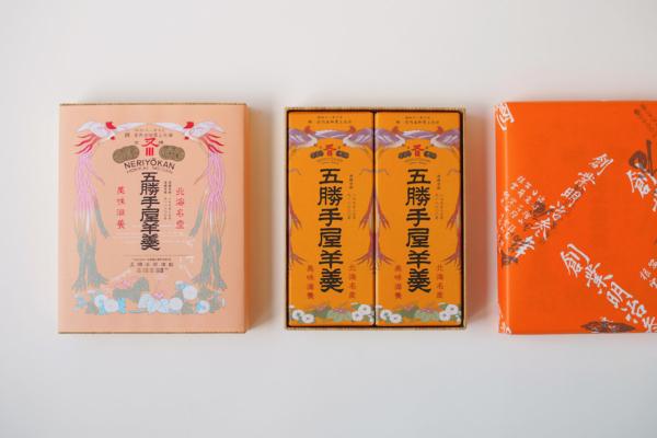 レトロな包装紙の模様(左)は、明治時代に品評会で授与された賞状を模したもの。歴史あるパッケージは、ハッと目を引きます。