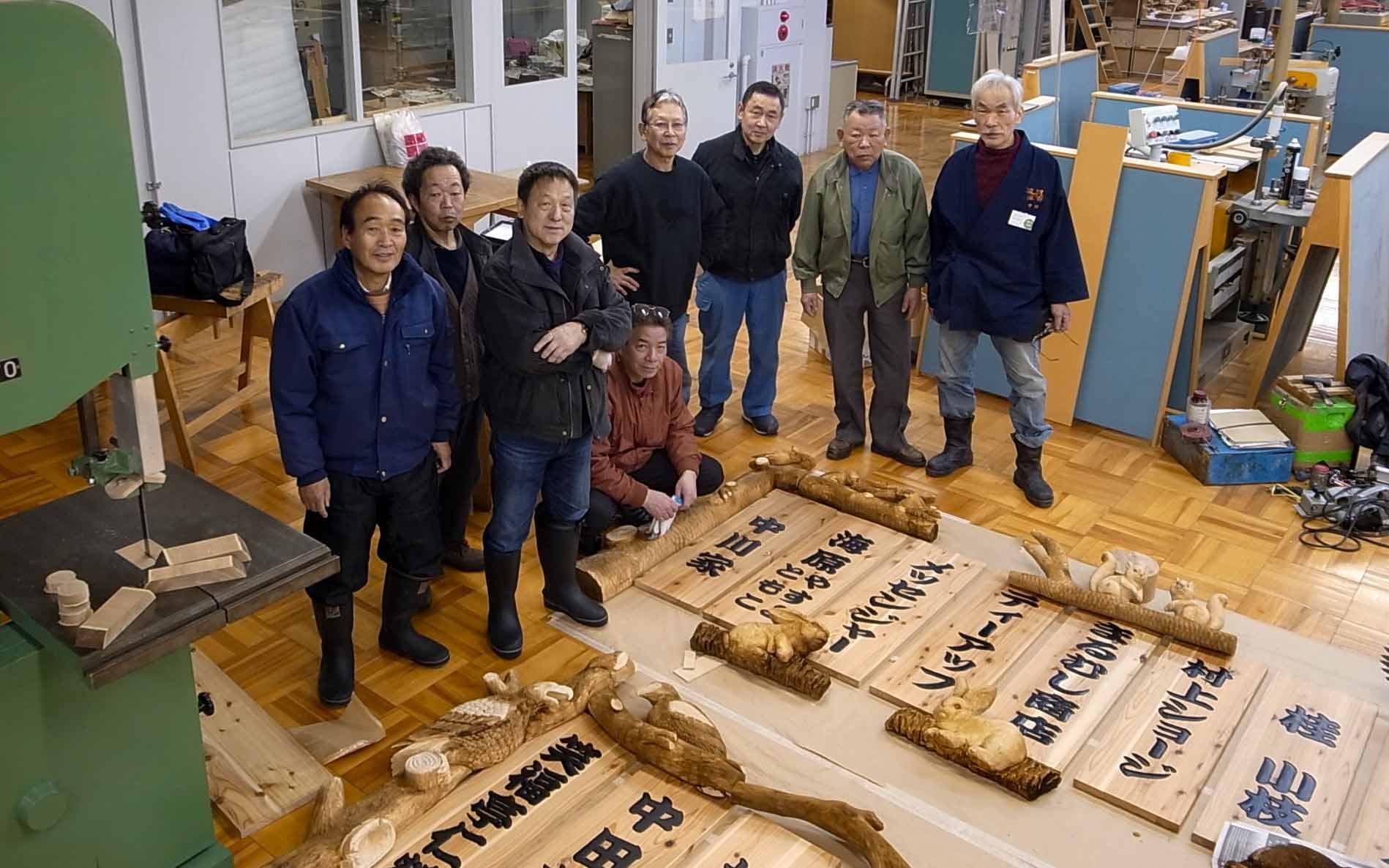 旭川木彫・工芸品協会の皆さんと大阪・なんばグランド花月の芸人看板