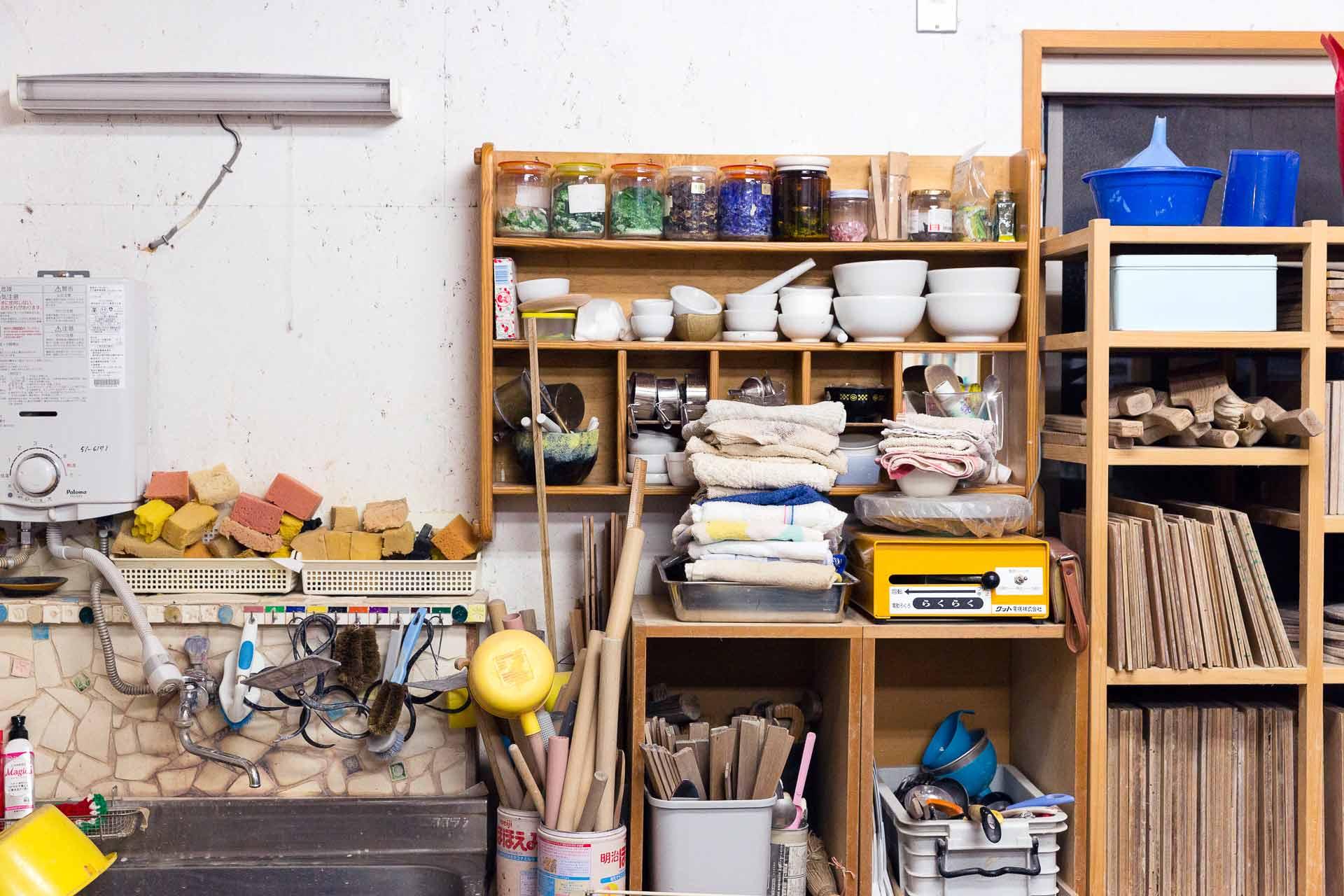 生徒さんも使用する様々な道具が並びます