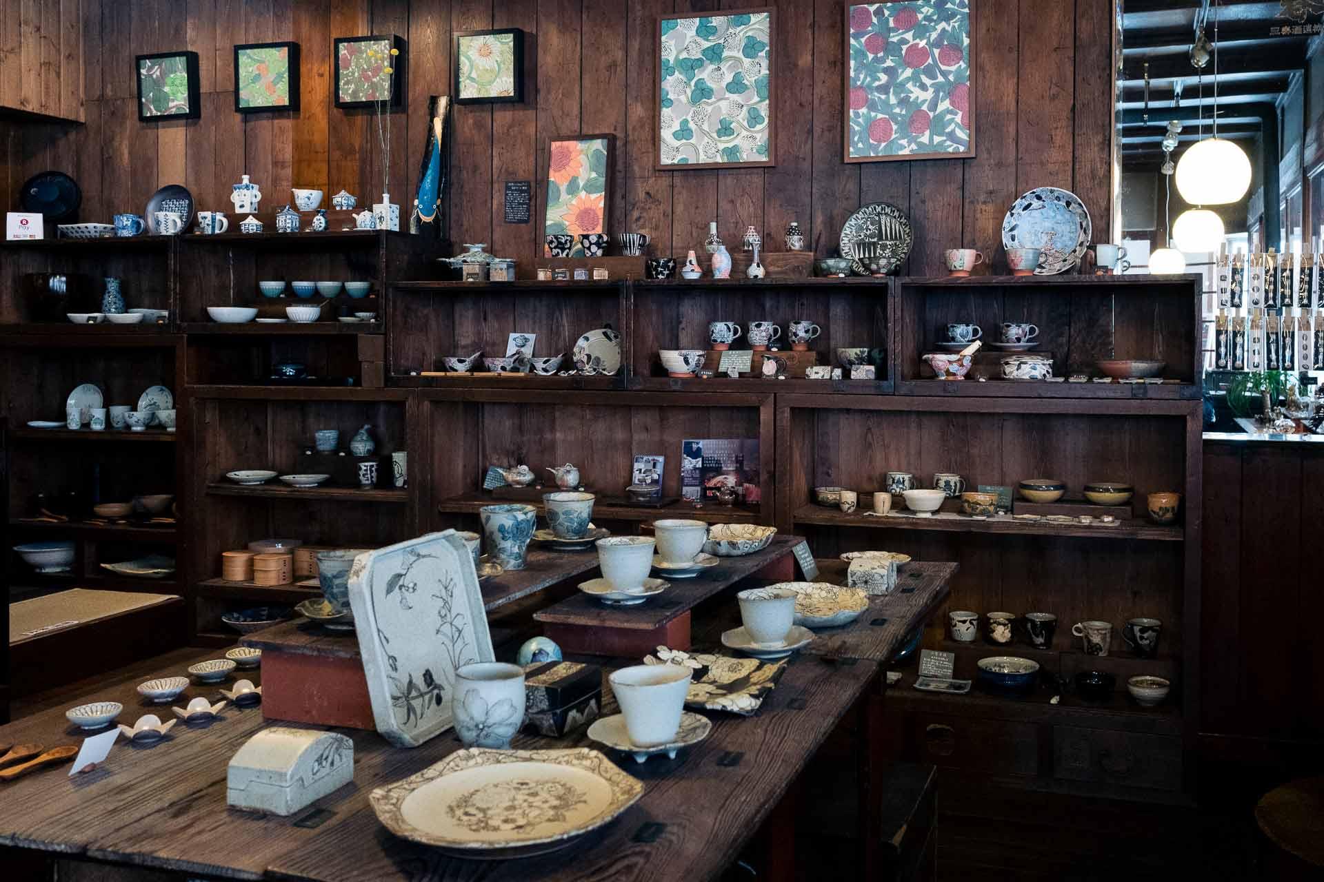 店内には北海道で活躍する作家を中心に、全国各地の作家の作品が並んでいます