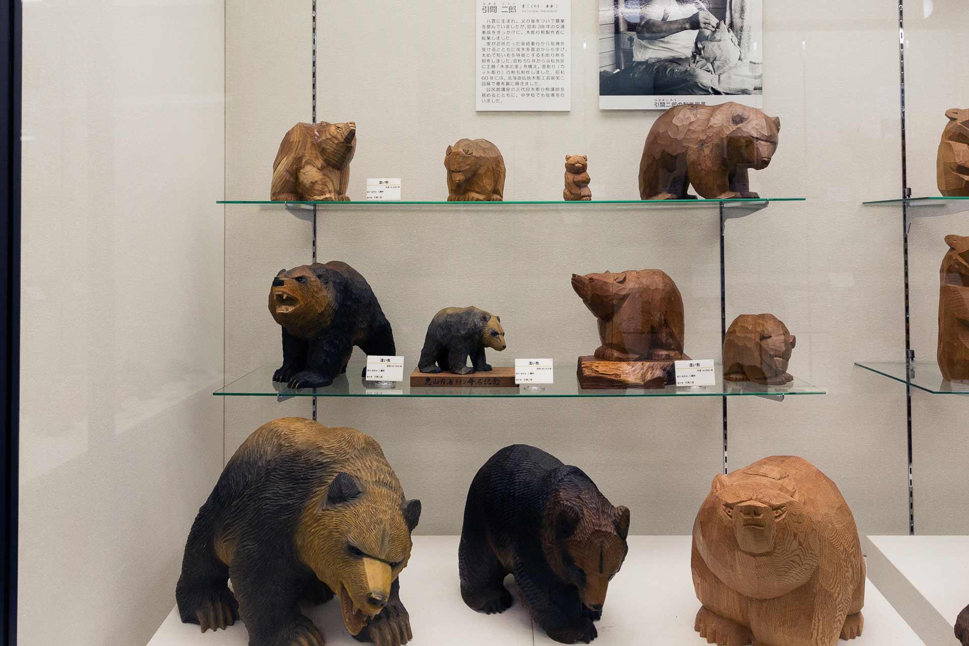引間二郎の木彫り熊たち