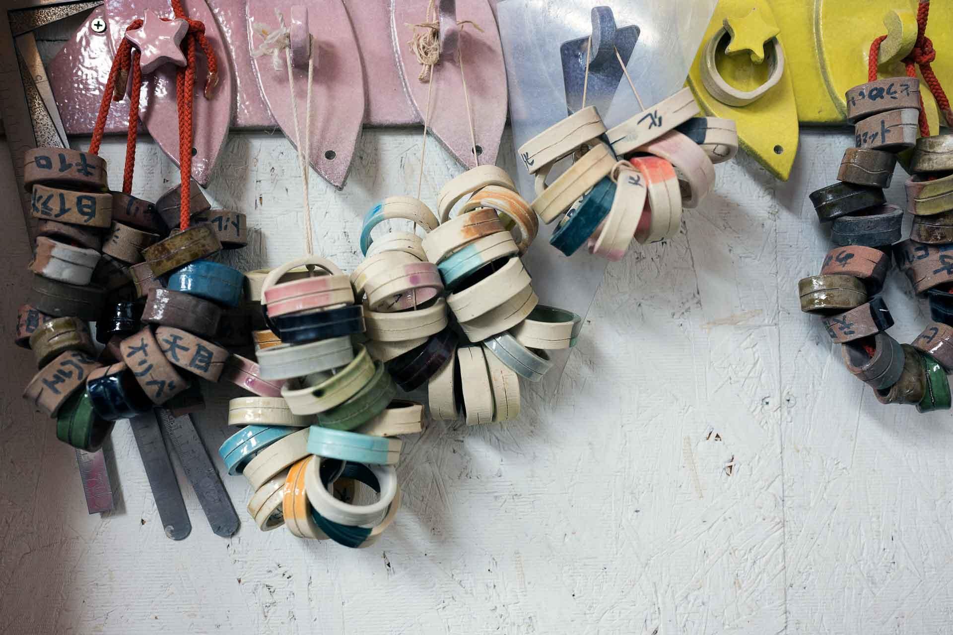工房にある様々な色の色見本。素地の粘土によっても発色が変わります