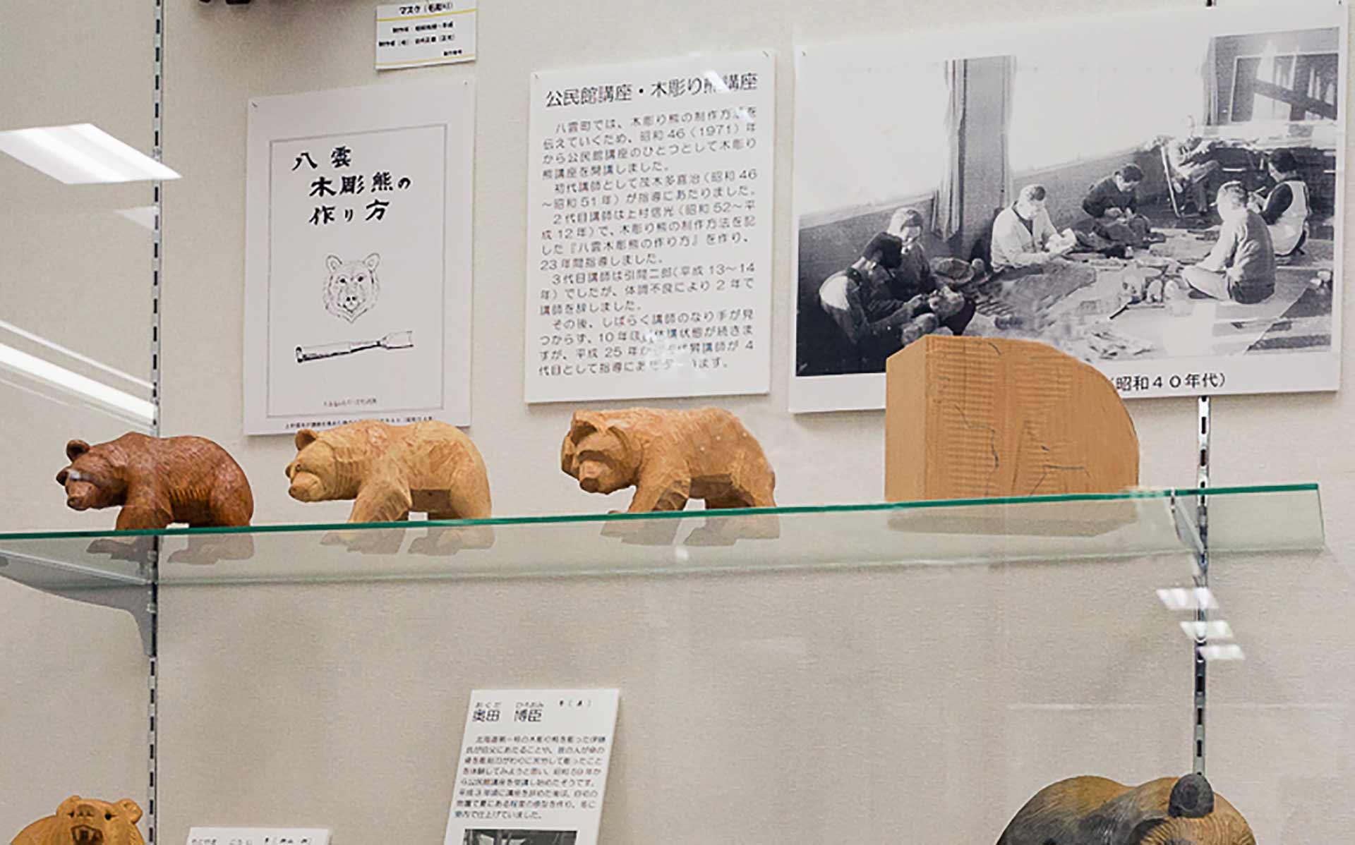 右の木の塊から、左の完成の熊へ彫っていく手順を追ったもの