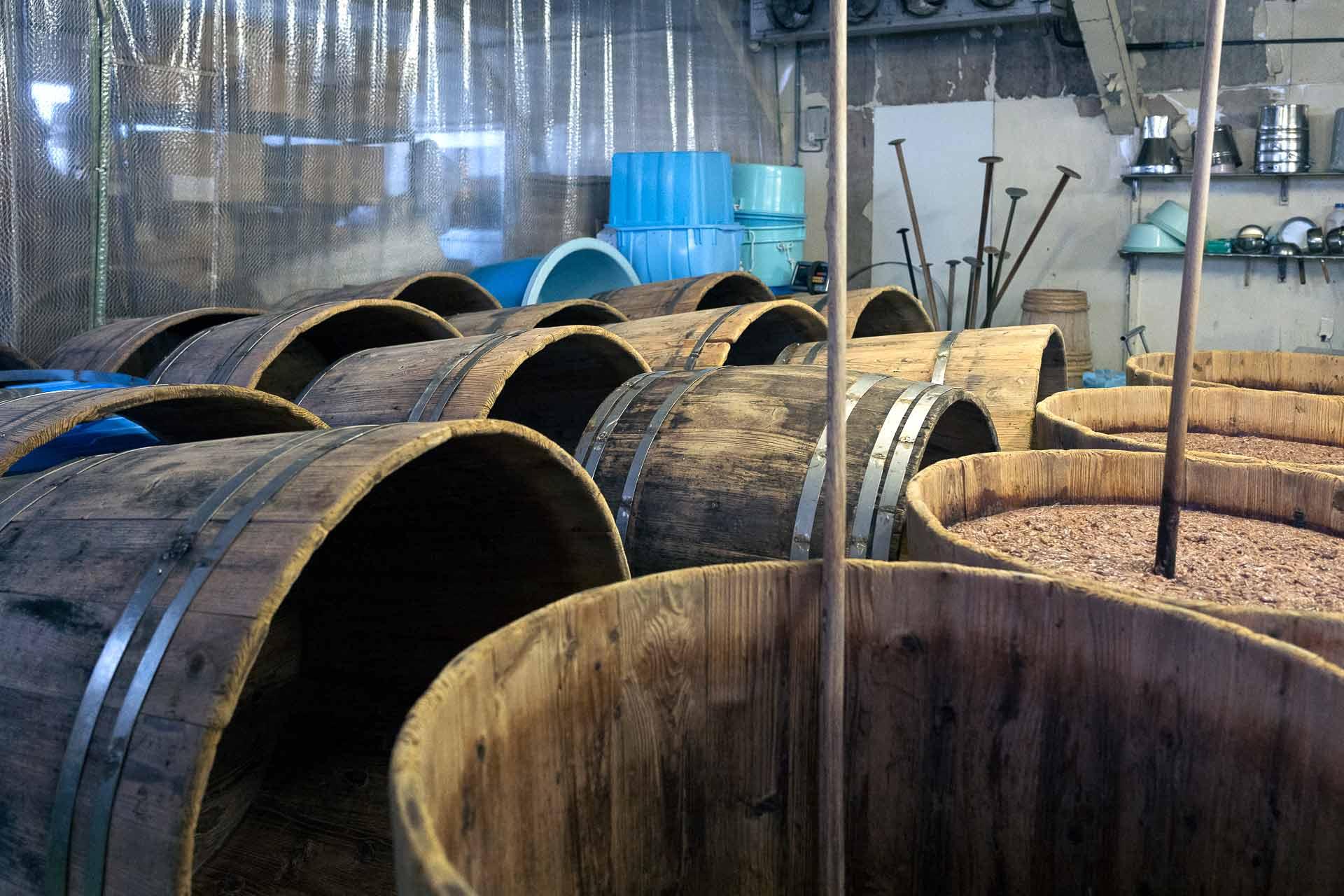 プラスチックの樽もありますが、熟成は必ず木樽を使用されているとのこと