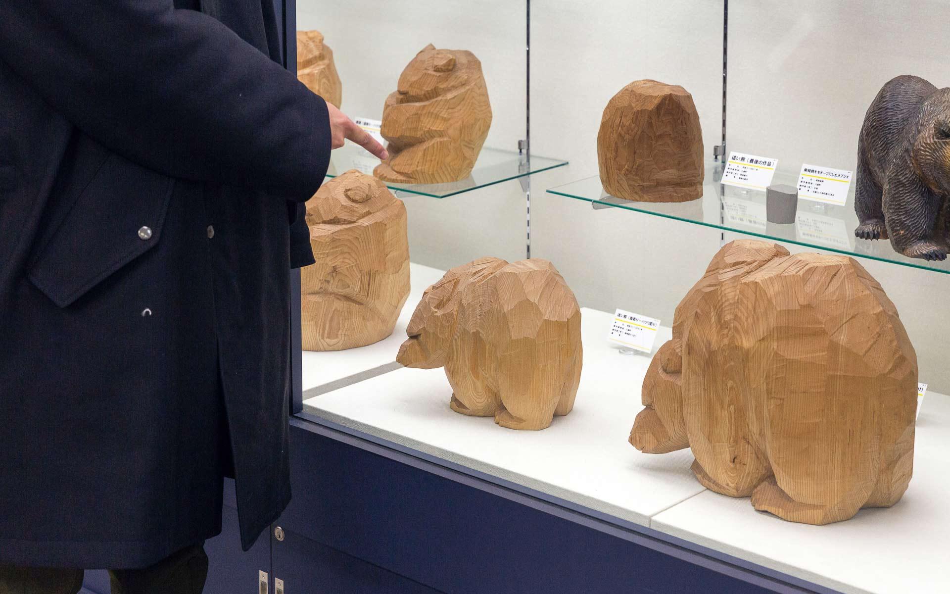 柴崎重行の面彫りが特徴の木彫り熊