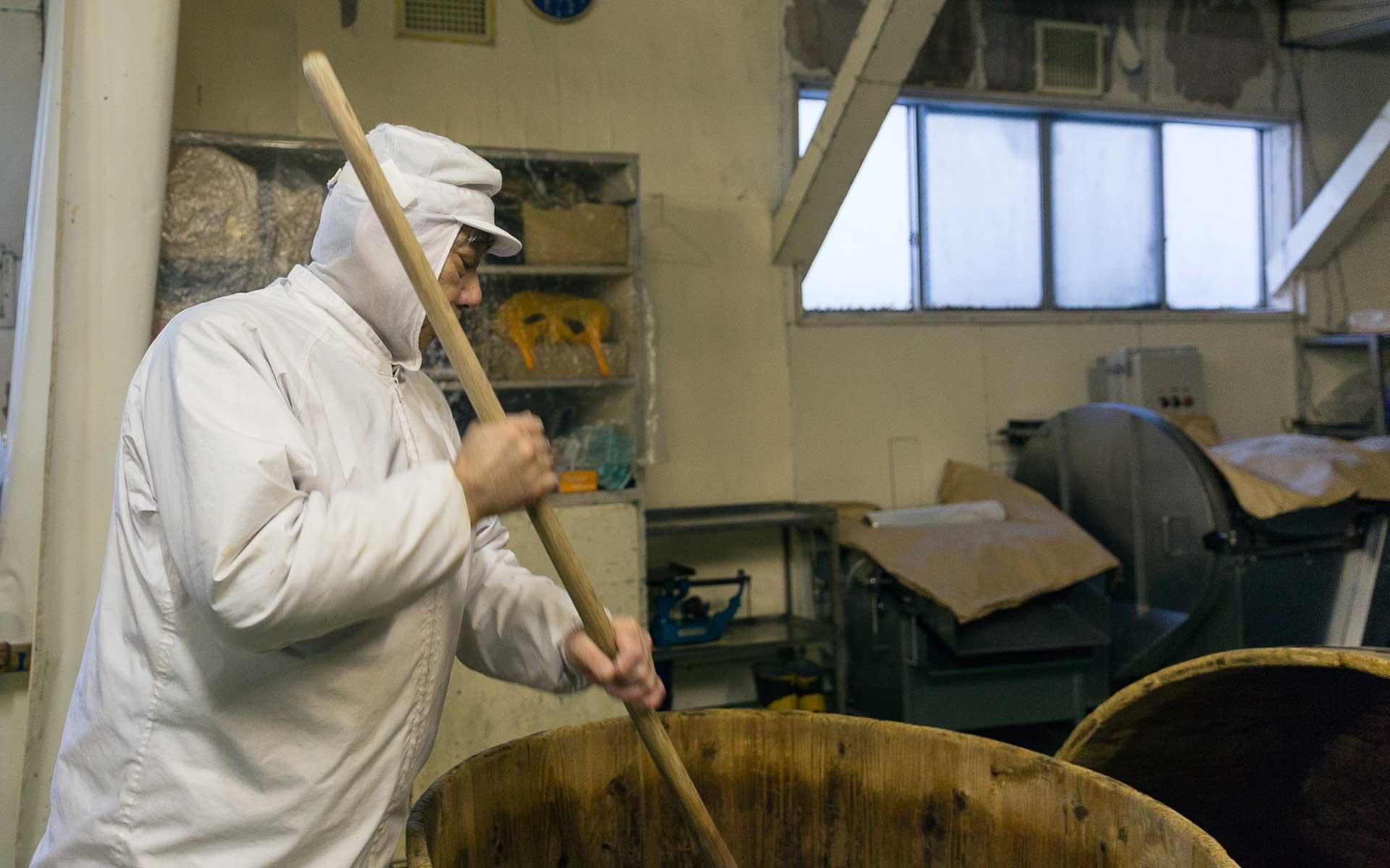 6尺の樫の棒で毎日5分ほど攪拌します