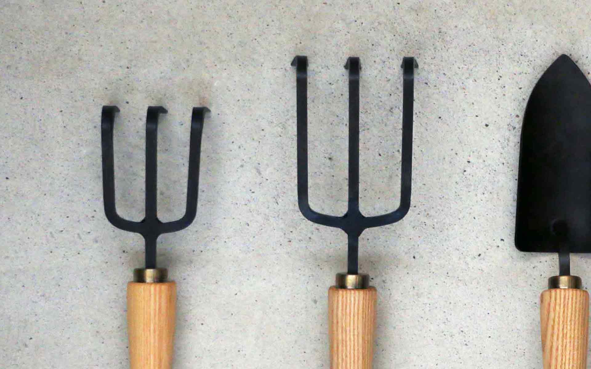 土を耕す頼もしい道具。専門の鍛冶屋がつくるガーデニング用の黒い鍬(くわ)