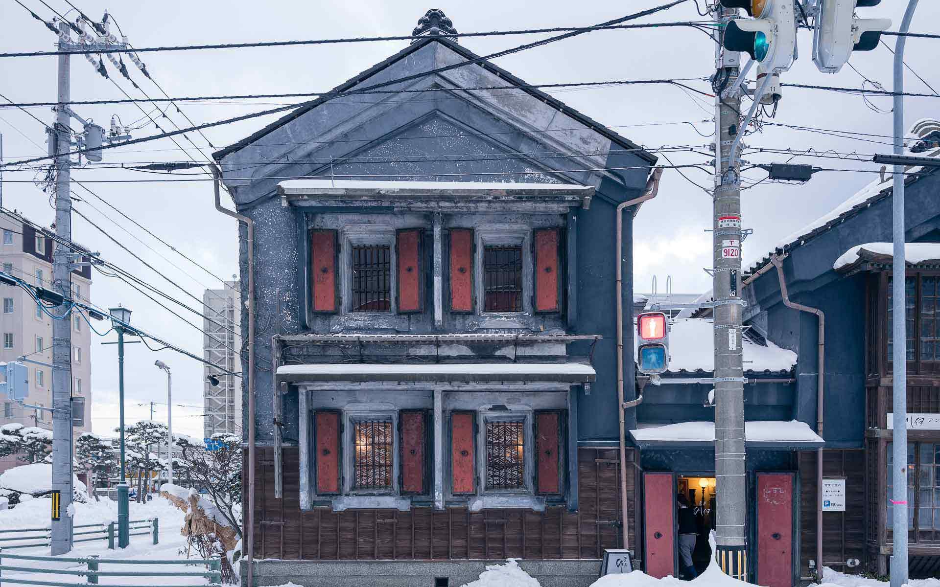 茶房 ひし伊の外観。右隣はアンティークショップ「古きものなどなど」を経営されています