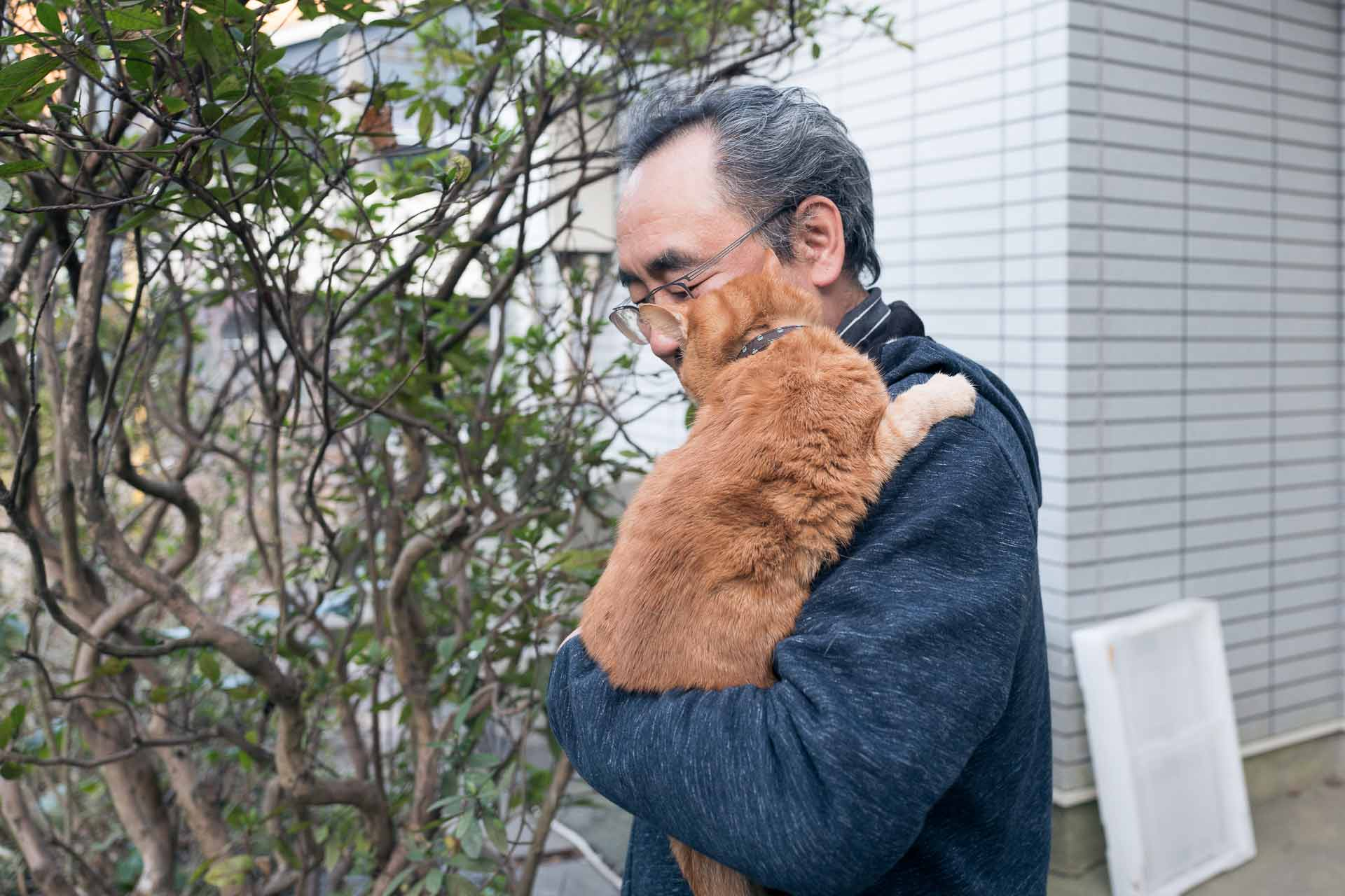 取材中も、愛猫トムくんへのケアを忘れない喜史さん