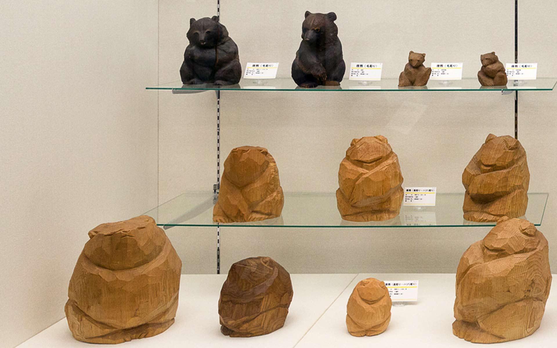 「面彫り」の木彫り熊たち 柴崎重行作