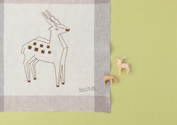 奈良と言えば、の「鹿」。奈良の伝統工芸である一刀彫の鹿をモチーフにしています。