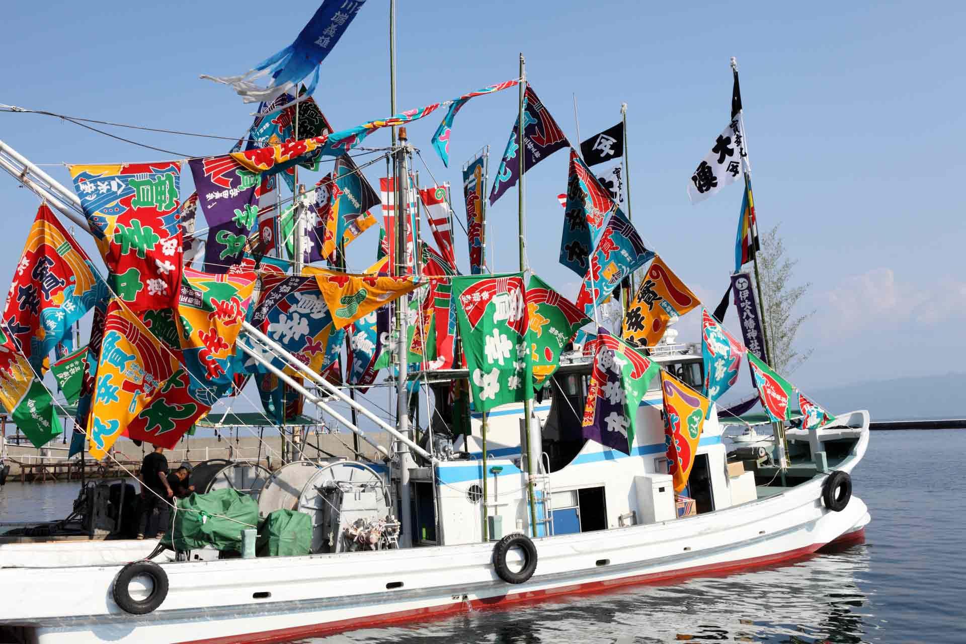 大漁旗を掲げた船の様子