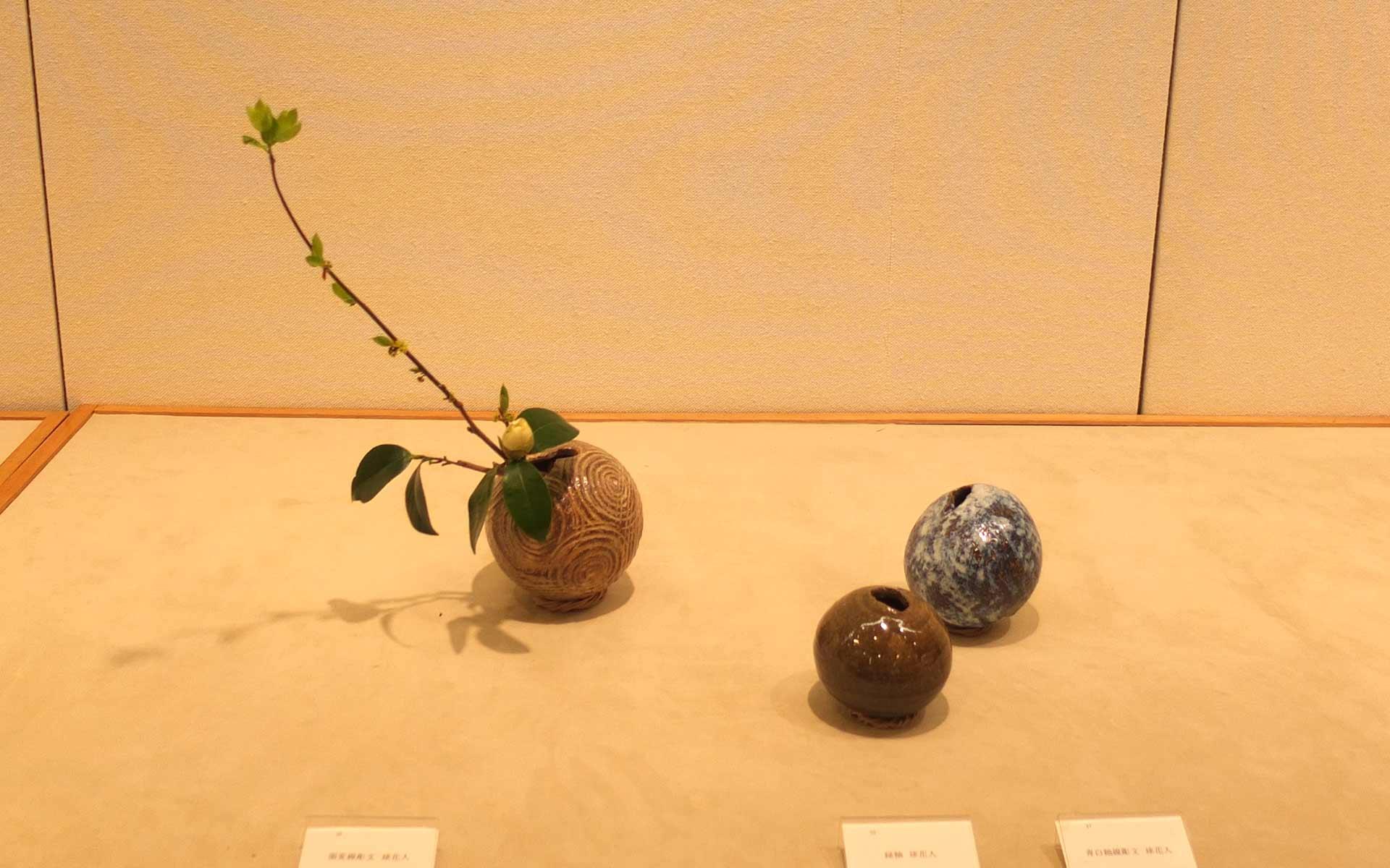 丸い花器。横浜高島屋で行われていた展示の様子